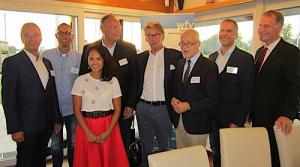 Alter und neuer Vorstand des WfV mit Künstlerin und Bürgermeister der Stadt Varel